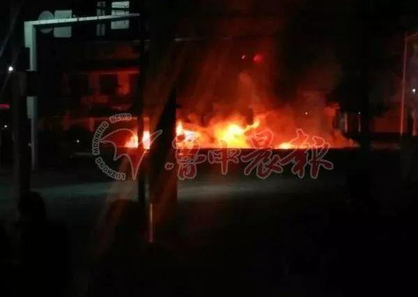 淄博一大货车行驶中起火燃烧,火势凶猛!
