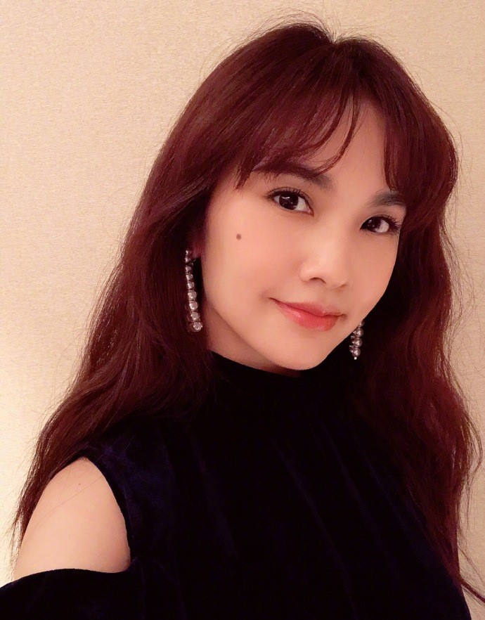 杨丞琳晒健身照秀好身材 演出前自拍露甜笑