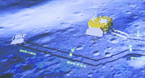 图片说明:北京航天飞控中心大屏幕上的着陆器(右)和巡视器互拍。