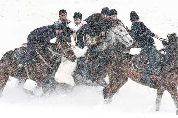 新疆伊宁县冰雪旅游活动上演刁羊、鹰猎比赛