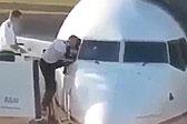"""飞行员上班迟到忘带""""钥匙"""" 钻窗进机舱"""