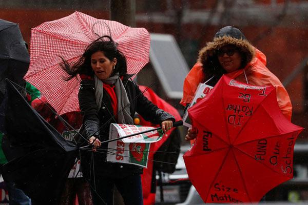 风暴来袭洛杉矶风雨交加 雨伞被掀翻