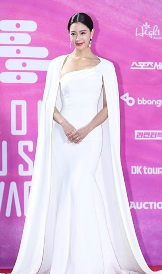 克拉拉出席首尔歌谣大赏 纯白长裙仙气飘飘