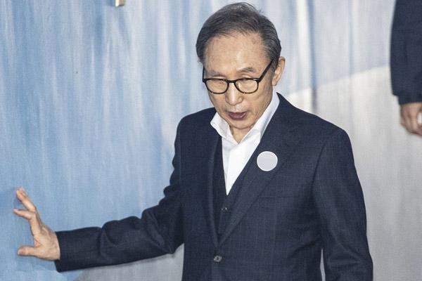 韩国前总统李明博再出庭受审 扶墙行走状态不佳
