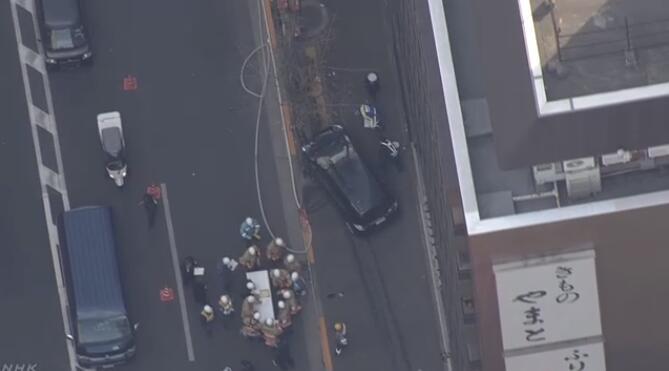 东京司机驾车撞破栏杆冲上人行道伤7人 因驾驶时喝茶噎到