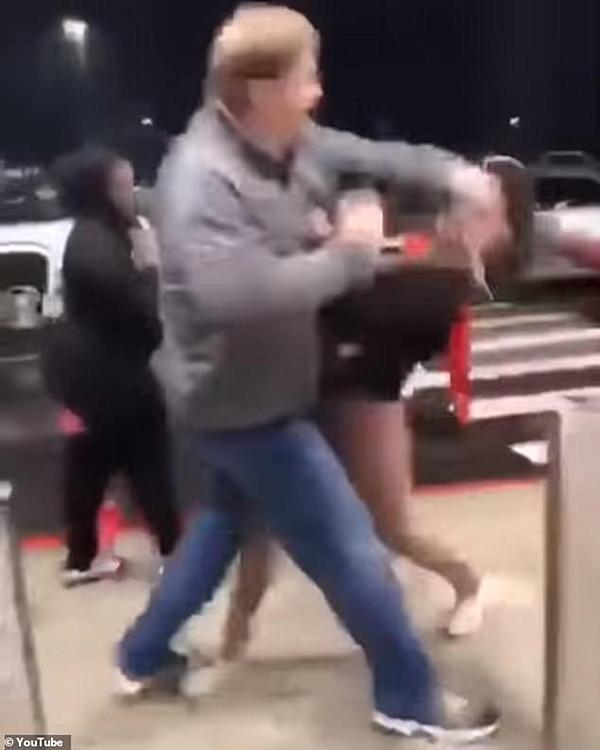 愤怒!美购物中心惊现中年白人壮汉殴打黑人小女孩