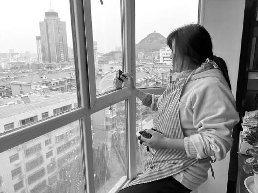 春节前保洁服务火爆:兼职擦玻璃 月入一两万