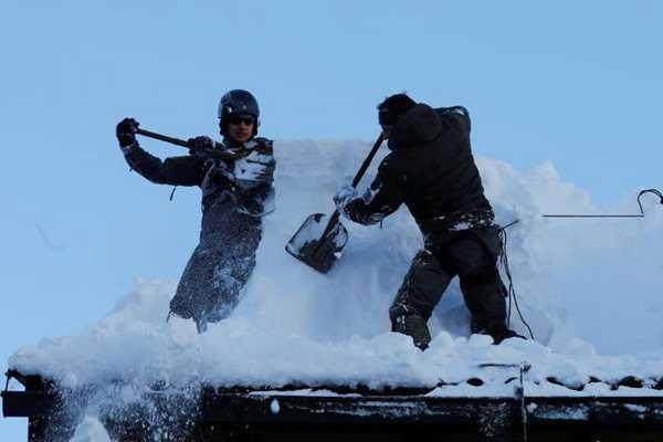 奥地利持续遭暴雪袭击积雪成灾 军队出动铲雪
