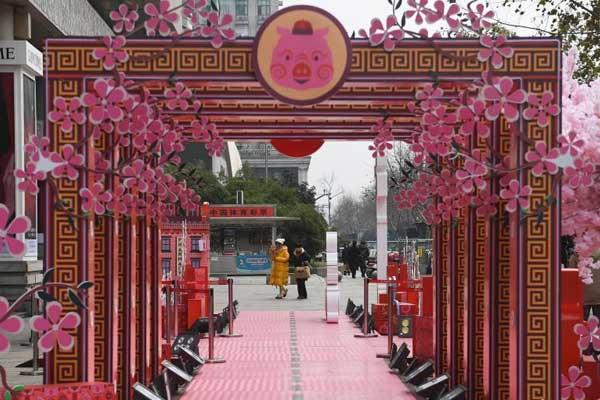 春节临近 浙江杭州街头年味渐浓