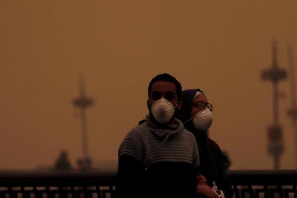 """埃及开罗遭沙尘暴袭击 黄沙""""围城"""""""