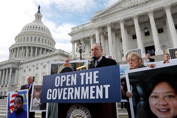 关门危机26天! 民主党议员举受波及雇员海报要求重启政府