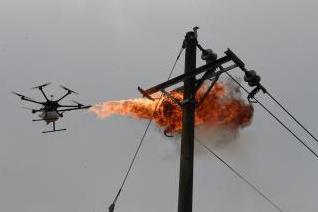 电力工人DIY喷火无人机消灭马蜂窝
