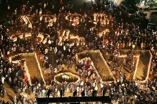 日本纪念阪神大地震24周年 民众点烛守夜