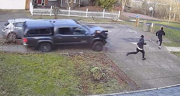 气愤!美越野车蓄意冲上人行道撞孩童后逃逸