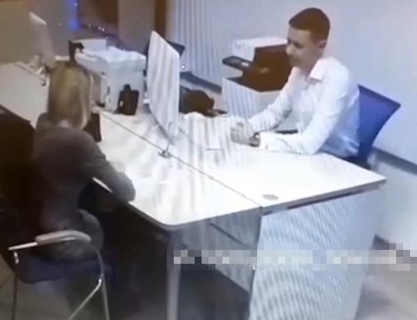 使不得!俄脱衣舞女为贷款色诱银行职员未遂