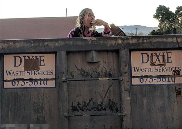 美30岁流浪女以车为家已环游十多州 食物垃圾箱里找