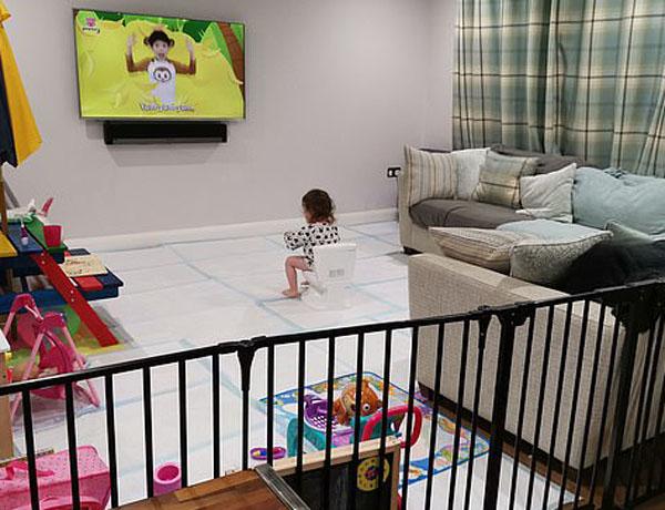 夸张!英女子为训练女儿如厕用尿垫铺满客厅