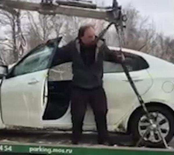 俄司机怒气冲冲将爱车从拖车上强行倒着开下