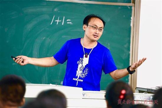 """武大""""校红""""教授期末考科幻小说 曾停电摸黑讲课"""