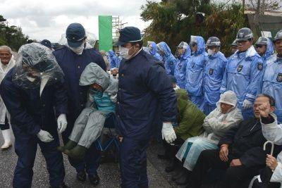 日本政府填海造陆 民众雨中苦喊:别杀死大海
