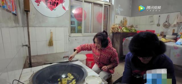 再一次被秦岚圈粉了,穿花棉袄,生火、炒菜好接地气