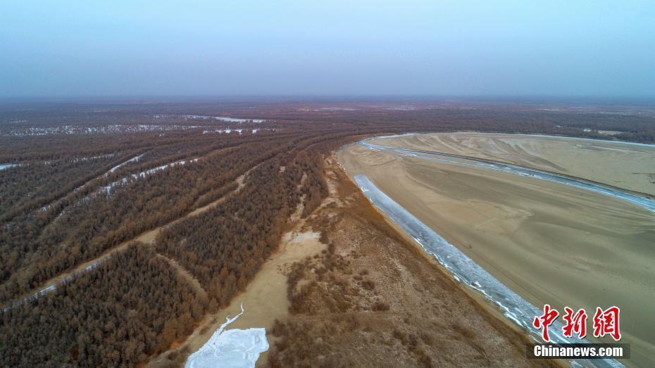 航拍中国最长内流河塔里木河千里冰封景观