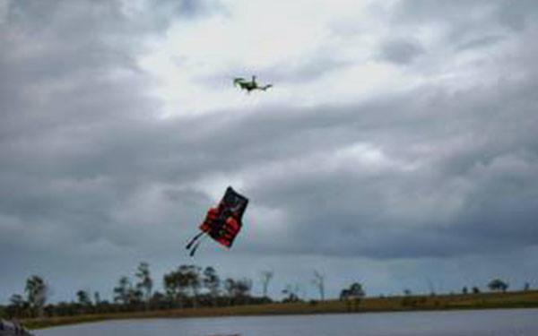 救生员的创意:用普通消费级无人机递送海上救生装置