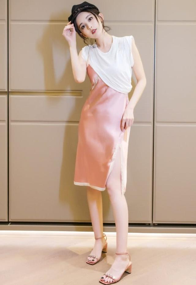 看不懂古力娜扎的时尚,非要把睡裙半穿在T恤外面,简直没眼看!