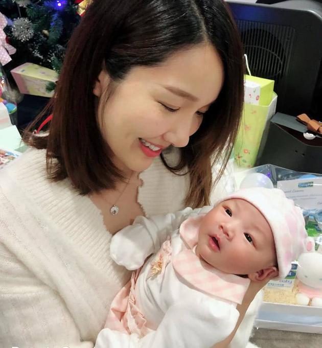 李亚男产后首次带女儿外出散步:女儿是最可爱的