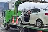 俄愤怒司机将爱车从拖车上强行倒着开下