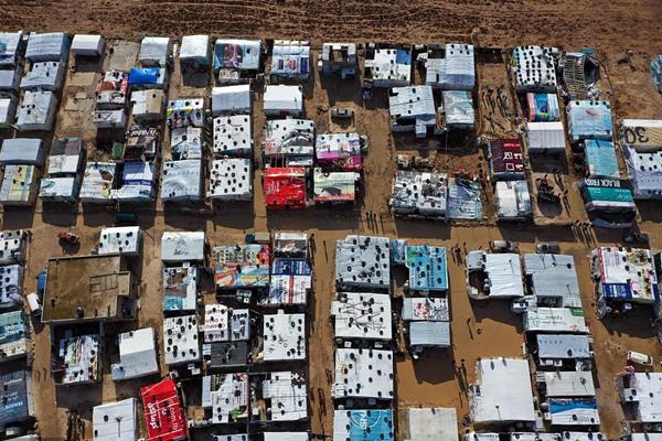 """叙利亚难民营雨后被淹 航拍""""帐篷城""""似不规则棋盘"""