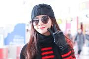 林志玲穿条纹毛衣现身机场 对镜头甜笑挥手