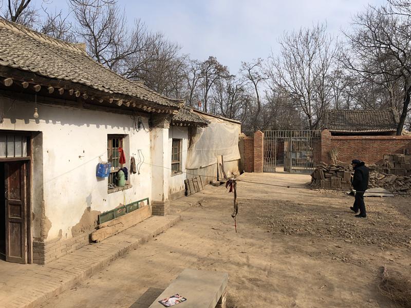 甘肃8岁女孩下体受伤事件:丢口红老师接受警方询问