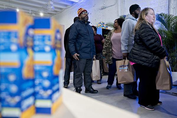 美国部分政府持续关闭 公务员排队领取免费食物