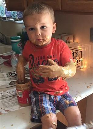 熊孩子!美调皮男童浑身涂满花生酱央求父母帮其冲洗