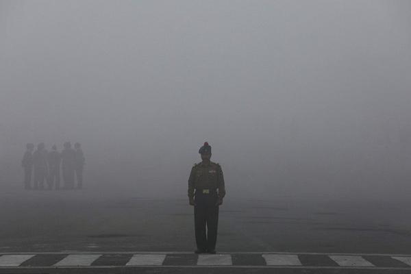 印度首都雾霾笼罩 士兵参加共和日阅兵彩排