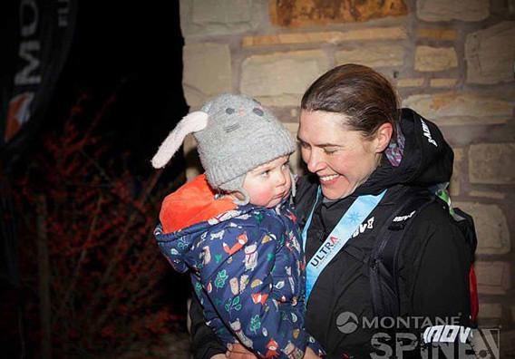 英母亲跑完超长马拉松 中途不忘给孩子喂奶