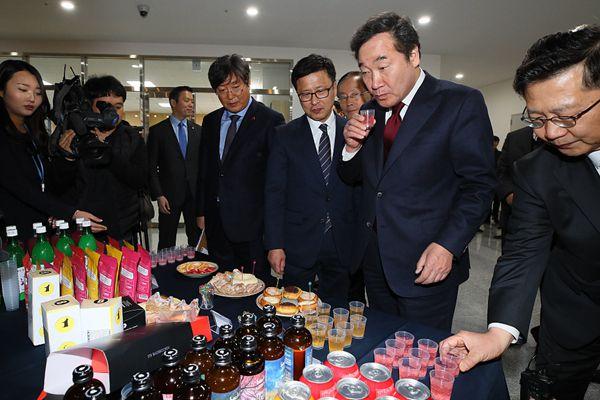 韩国总理走访食品基地 饮料好喝到停不下来