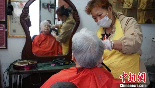 海口这家只收5元的理发店火了 顾客求涨价老板都不肯
