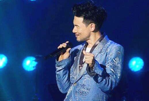 他57岁高龄,宁可开800场演唱会也不上综艺,是当之无愧的歌神