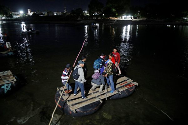 中美洲移民持续越过危地马拉入境墨西哥