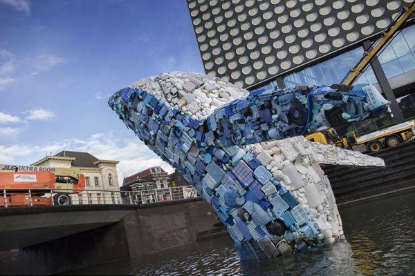 5吨垃圾制成鲸鱼!荷兰乌得勒支展出艺术装置呼吁环境保护