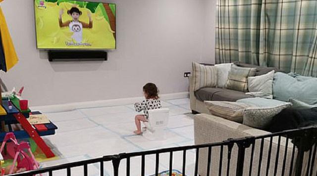 英女子为训练女儿如厕用尿垫铺满客厅