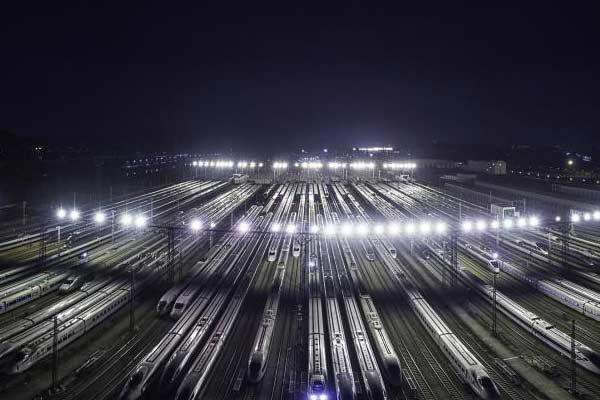 春运高峰将至 高铁列车集中检修保障运行安全
