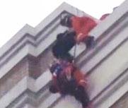 整容失败跳楼 被消防员飞身救下