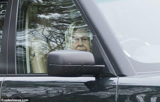 菲利普亲王刚发生车祸 英国女王又被发现未系安全带