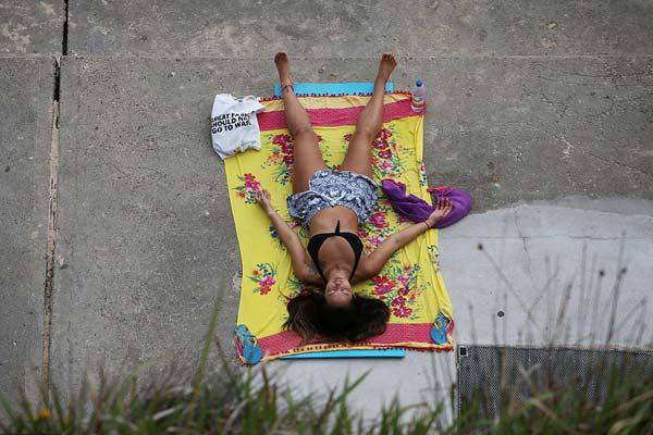 澳大利亚高温天气持续数天 民众海滩泡澡晒太阳
