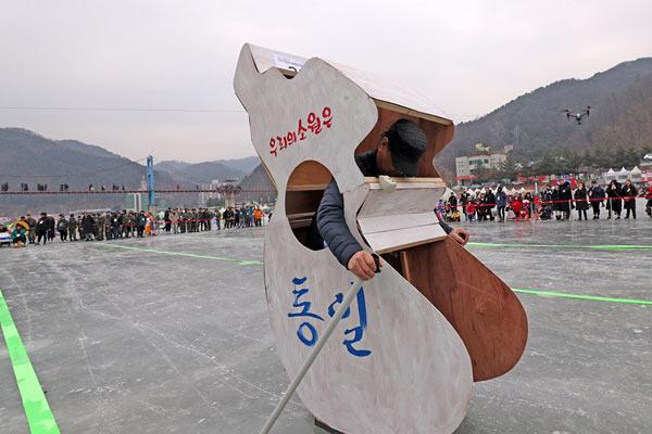 韩国华川鳟鱼节火热举行 民众自制爆笑溜冰车