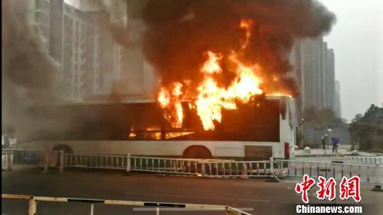 江苏常州一公交车发生自燃 车辆被烧毁无人员伤亡