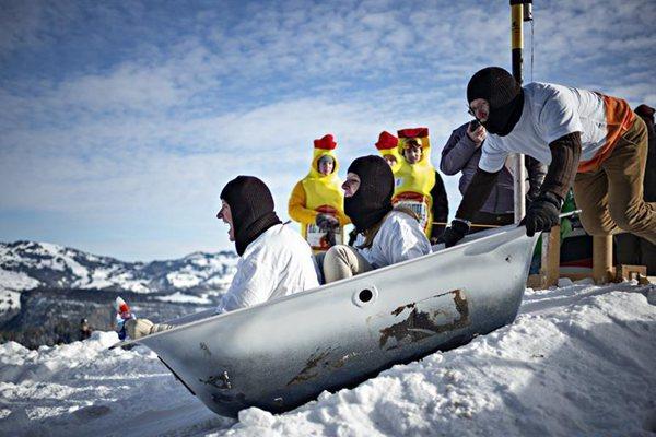 瑞士施图斯举行浴缸滑雪赛